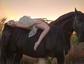 俄美女与马儿