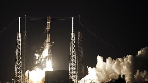 """美SpaceX发射""""一箭60星"""" 搭建下一代通信网络"""