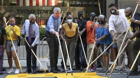 """川普大廈前路面被塗""""黑人的命也是命"""",紐約市長也參與了"""