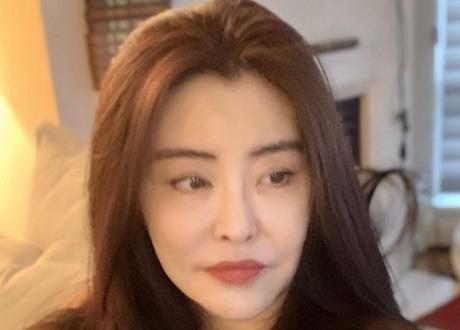 52歲王祖賢曬美國旅遊近照 穿毛衣化淡妝