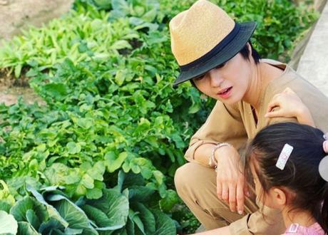 梁咏琪带女儿回归大自然摘草莓