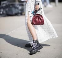 用裙子搭馬丁靴