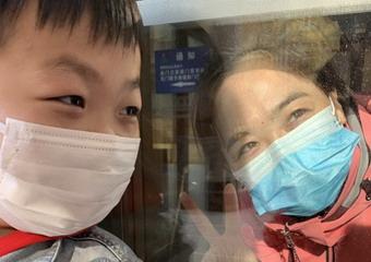 淚目!援鄂返疆醫療隊抵達 媽媽與兒子隔着玻璃牆碰了碰頭
