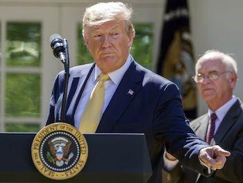 川普談話被白宮代理幕僚長咳嗽打斷