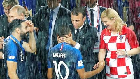 馬克龍雨中擁抱新星姆巴佩