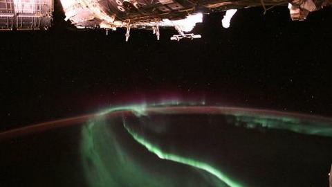 宇航員太空俯瞰極光:絢麗光芒舞動 如夢如幻