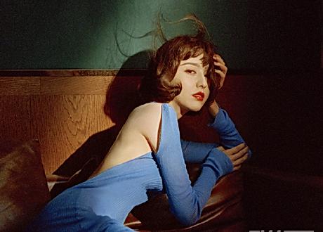 佟麗婭露背長裙配精緻捲髮 化身80年代麗人