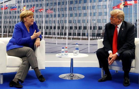 出席北約峯會的川普(右)11日與德國總理梅克爾(左)舉行雙邊會談,會後川普強調他與梅克爾的關係「非常好」。路透