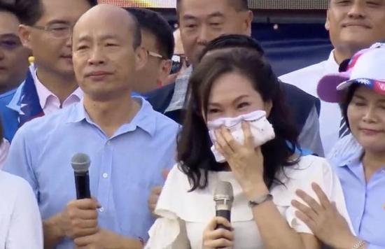 高雄市长韩国瑜(左一)和太太李佳芬(前中)参加云林造势,特别激动。图/翻摄韩国瑜...