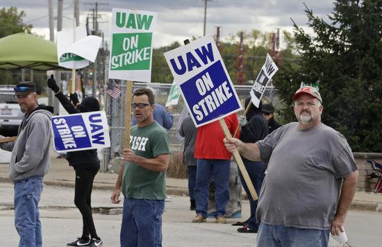 通用工会罢工持续,劳资谈判更分歧。 美联社