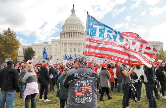 最新民調顯示贊成彈劾川普總統的支持度繼續升高。圖爲支持川普總統的民衆17日在國會前反對衆院彈劾川普總統的調查。路透