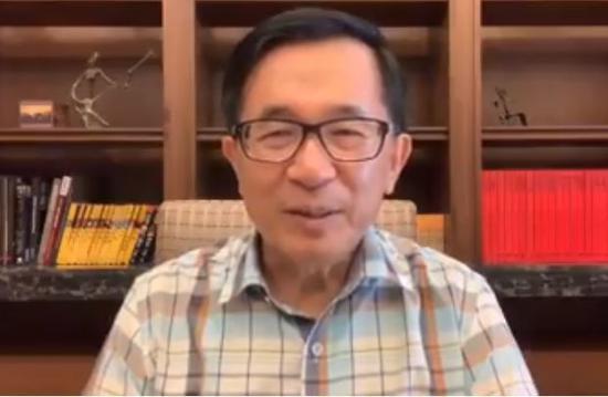 對於博士學位被質疑,前總統陳水扁建議蔡英文不是去提告,是立即公開博士論文讓大...
