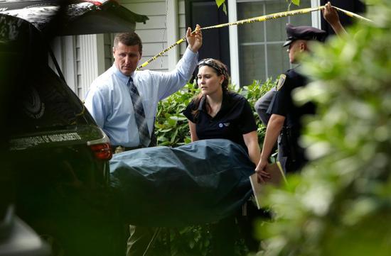 麻州东南部艾宾顿镇(Abington)发生一家五口命案,警方及医检人员处理后绩事宜。 美联社