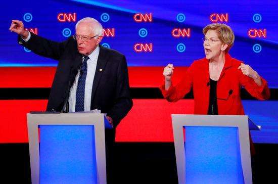 麻州联邦参议员华伦(右)、佛蒙特州联邦参议员桑德斯(左),在辩论会上都面临知名度...