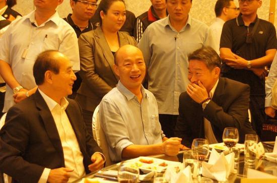 韓國瑜(中)與王金平(左)今晚參加高雄市義消餐會相席而坐。記者林保光/攝影