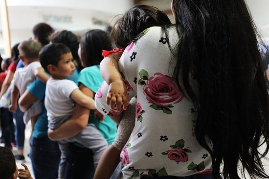 由于零容忍政策,美国有2000余名移民孩童与父母分离。 法新社