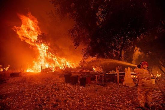 美國加州蒙多西諾縣「複合山火」11天內延燒29萬英畝,成爲美國史上最大野火。法新社