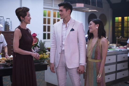 「瘋狂亞洲富豪」片中,楊紫瓊(左起)、亨利高汀及吳恬敏演對手戲。(美聯社)