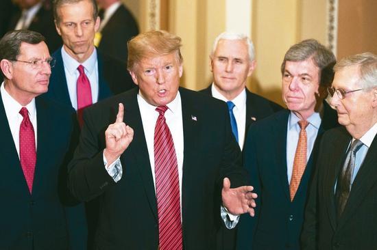 美國總統川普(左三)九日赴國會山莊會見共和黨參院領袖後表示,共和黨內部在邊境安全問題上意見一致。 (美聯社)