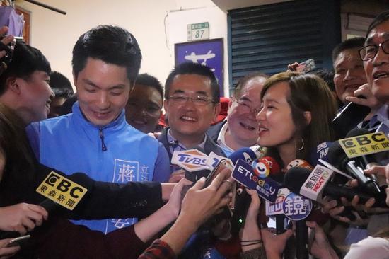 韩冰、蒋万安来到三重三合市场帮郑世维辅选。记者胡瑞玲/摄影