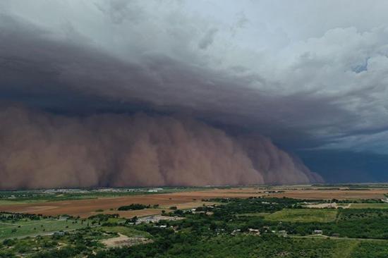 美国德州拉巴克5日晚间被沙尘暴袭击与笼罩,当地居民将他们拍摄的照片与缩时摄影贴到...