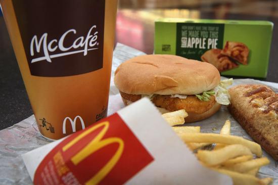 美国一名警察外带麦香鸡和薯条,发现他的麦香鸡被咬了一口法新社
