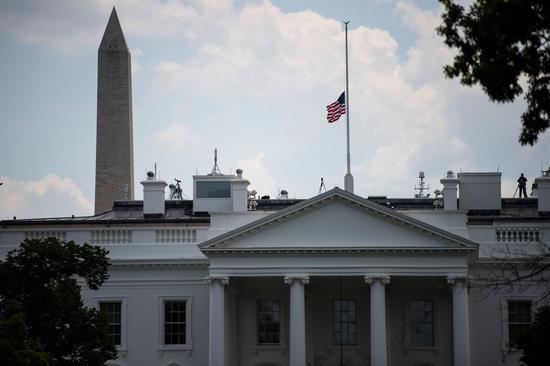 川普总统4日下令全国降半旗五天,悼念在德州及俄州无辜丧命的受害者 美联社