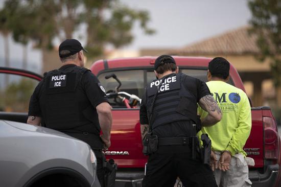 若依就任时间拆分,川普总统上任两年遣返的无证客人数少于奥巴马前总统。图为移民局人员逮捕一名无证客。(美联社)