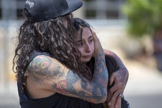 德州艾尔巴索居民对发生滥射事件,死伤如此多人,都哀伤的难以置信 美联社