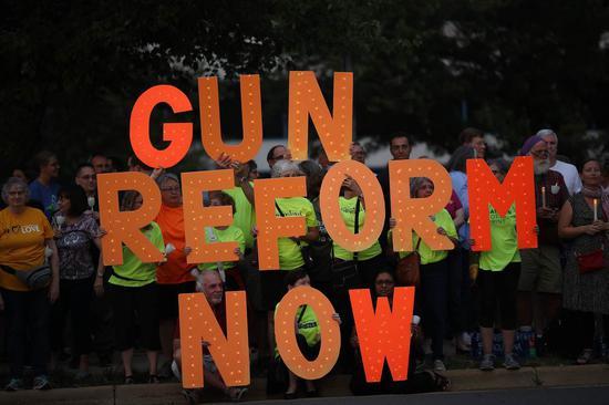 维州民众在全国枪枝协会总部前示威,举起标语要求「立即改革拥枪法」<img src=
