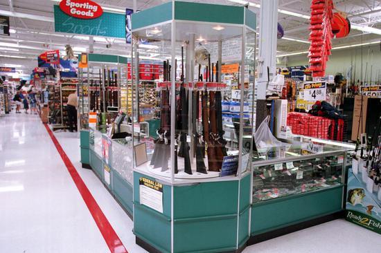 德州沃尔玛发生重大枪击案之后,沃尔玛决定把店里的暴力电玩全部下架,但还是继续售枪。 (TNS)
