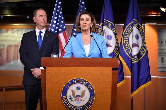 美国国会众议院议长波洛西(右)和众院情报委员会主席谢安达(左)2日上午召开记者会(法新社)