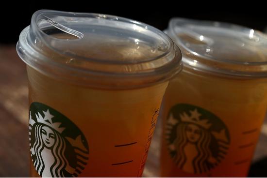 星巴克今夏将推出冷饮专用的新杯盖,标榜能消灭塑胶吸管的需求,作为减少塑胶垃圾的一环。华尔街日报