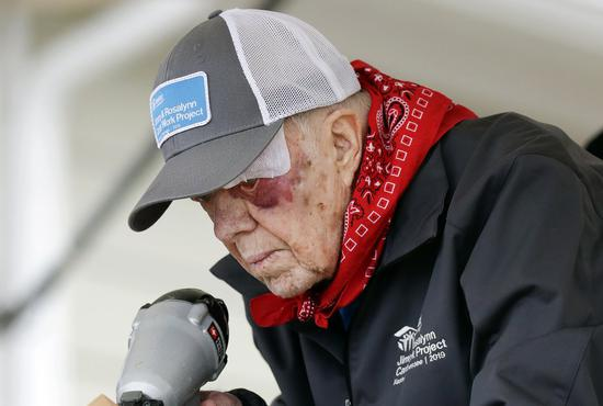 95岁的前总统卡特日前跌倒受伤,仍按计划加入慈善组织为穷人盖房子 美联社