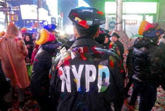 纽约市警察接连自杀显示精神健康危机。 美联社