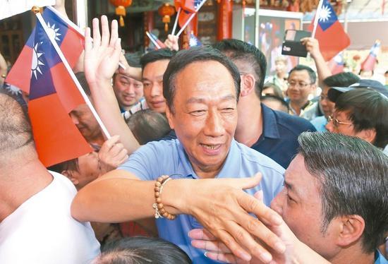 国民党总统初选参选人郭台铭上午至松山慈惠堂参拜,受到支持者热烈欢迎。 记者余承翰/摄影