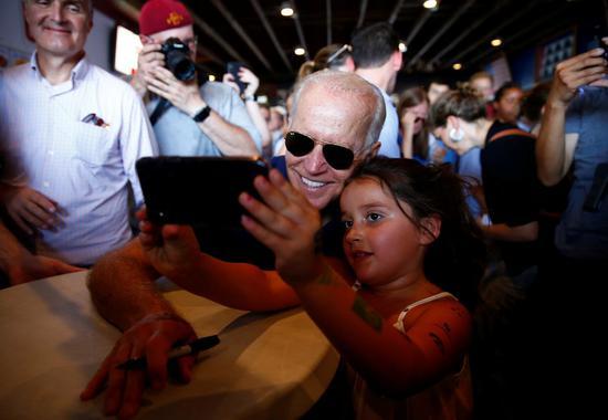 前副总统白登又失言,说「穷孩子跟白人孩子一样聪明」,后来赶紧澄清,但已引起轩然大...