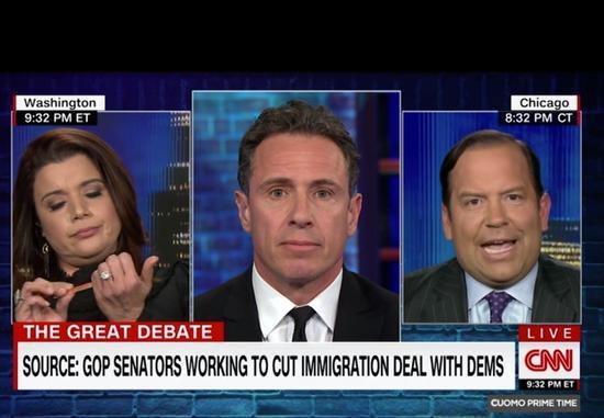政論評論家納瓦羅(左)不耐柯提茲(右)的發言,在節目中拿起銼刀修指甲。(取自CNN)