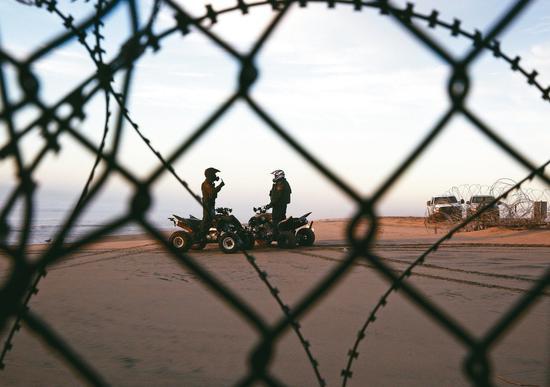 堅持蓋邊界牆的美國總統川普,九日和民主黨國會領袖協商再度破裂,圖爲兩名邊境巡防隊員在聖地牙哥的美墨邊境執勤。(美聯社)