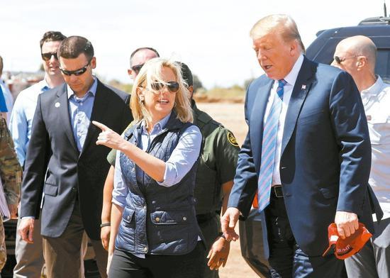 美國國土安全部長尼爾森7日辭職。圖爲尼爾森(中)5日陪同川普總統(右)巡視美墨邊界。 路透