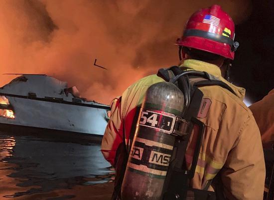 美國加州文圖拉郡消防局2日釋出消防員趕抵失火的「概念號」當時影像。在距離洛杉機約...