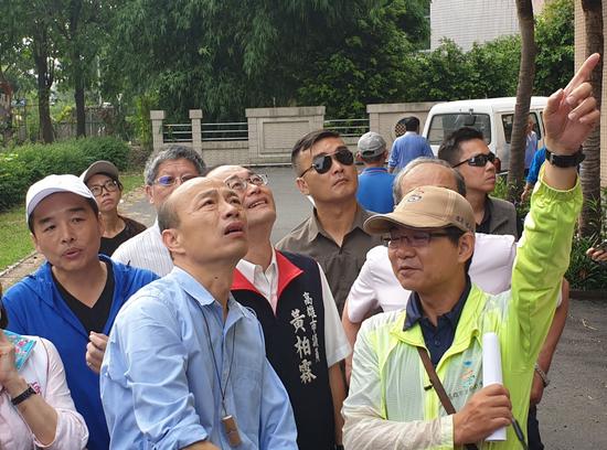 高雄市長韓國瑜(左二)昨主持三民區登革熱防疫動員時,再向中央喊話,希望儘快覈撥登革熱防疫經費。 記者蔡容喬/攝影