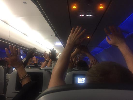 警方派出10名特警人员荷枪实弹登机检查,要求机上所有乘客将双手举起,并切断所有通...