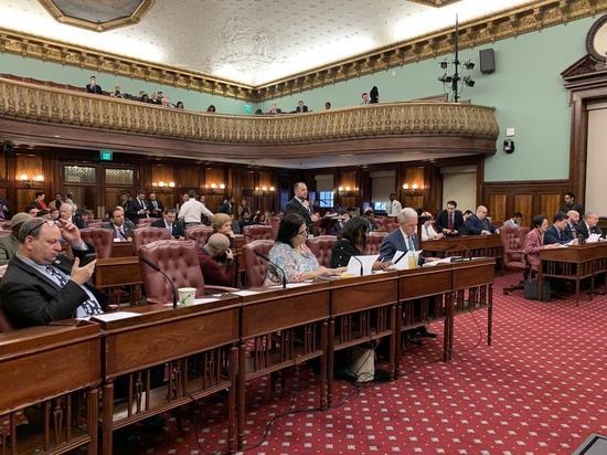 纽约市议会9日召开全体会议,备受华人小商家关注的「招牌法案」获得全会通过。(记者和钊宇/摄影)