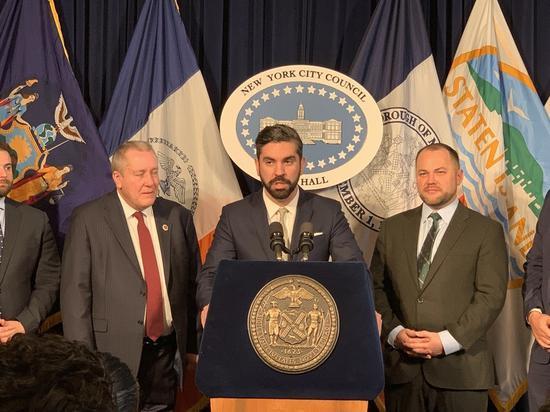 提出该法案的市议员艾斯皮纳表示,该法案将减少小商业这的负担。(记者和钊宇/摄影)