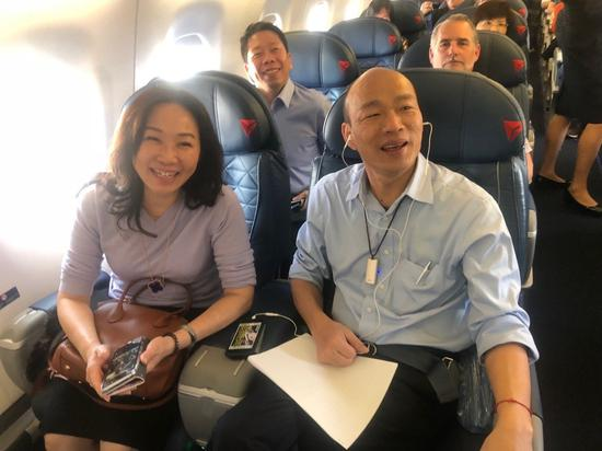 高雄市长韩国瑜美西时间14日下午搭国内线飞机从洛杉矶前往圣荷西,1个多小时的飞行...