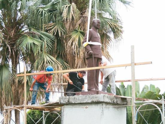台东航空站(丰年机场)昨依促转会要求,拆除竖立逾四十年的蒋公铜像,将先暂放航空站库房。 记者罗绍平/摄影