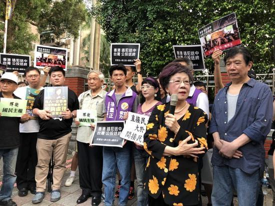 前副总统吕秀莲(前排拿麦克风者)反对立法院将举行临时会修改公投法,批评目前政院版...