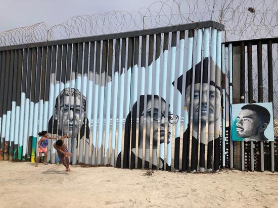 莎塔納發起在邊境圍牆設計互動式壁畫的計劃,希望透過故事喚起人們對移民議題的重視。(Photo by 網路截圖)