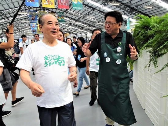 2109臺灣設計展今天下午1點起開放參觀,前立法院長王金平(左)1時半就到主展區...